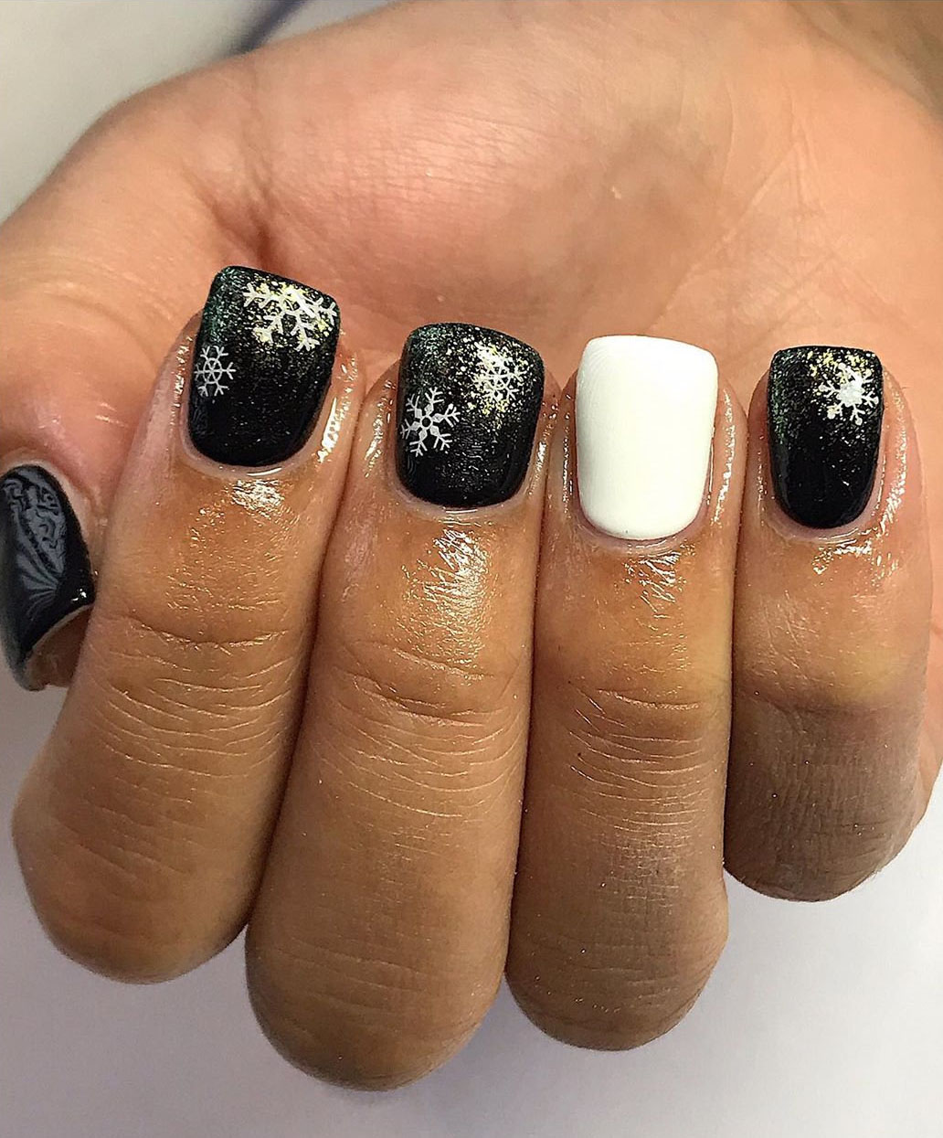 Simple black nails designs it match with glitter stick or dip powder, looks so edgy and stylish! It make you in perfect in all years. Say hello to these 40 black nails ideas!   flymeso.com