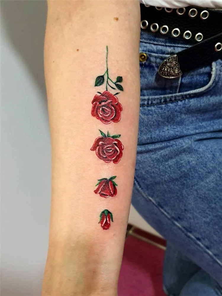 To give you some rose tattoos inspiration, we have found 30 simple and small rose tattoo ideas for women. If you are looking for tiny tattoos which are suitable for you, you can browse our website from time to time. #rosetattoos #smalltattoos #womentattoos #tinytattoos